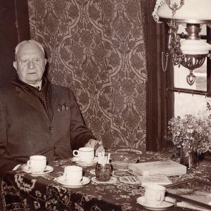 18397 Oud-molenaar Knelis van Tongeren in de Barremolen 1975.jpeg